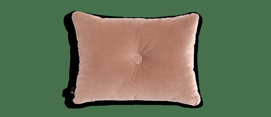 HAY Dot Cushion Soft Rose Kudde i ett ljusrosa velourtyg med knapp och skumkärna