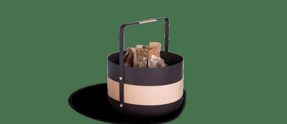 Vedkorgen Wood Basket Emma från Eldvarm i svart metall med läder och mässing