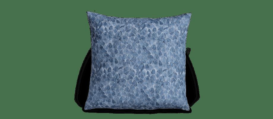 Kuddfodralet Field av Emma von Brömssen är tillverkat helt i naturlig linne