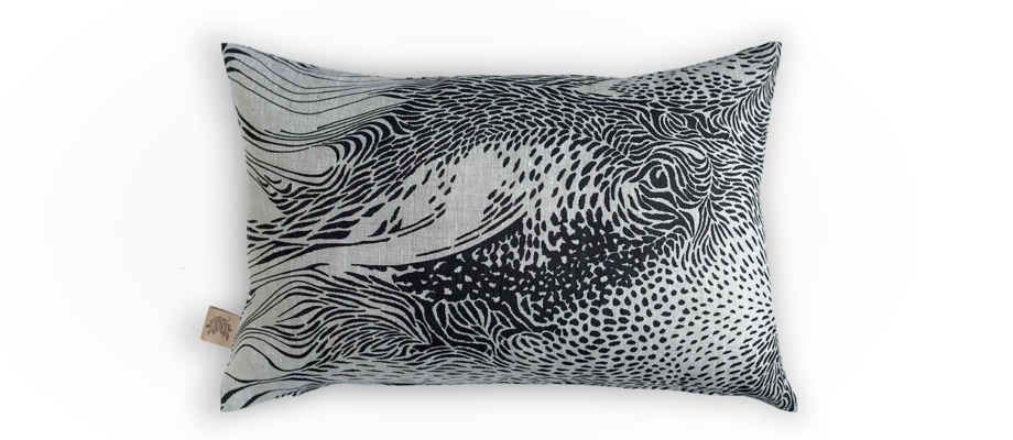 Stäpphöna är ett svart och vitt kuddfodral av den prisbelönta designern Emma von Brömssen