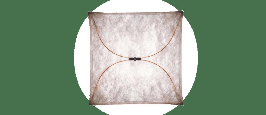 Flos Ariette är en dekorativ lampa i tre storlekar som kan hängas både på vägg eller i tak