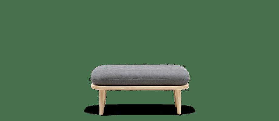 Fogia Rise finns både som fotpall och soffa med träben i lackad ask på Olsson & Gerthel