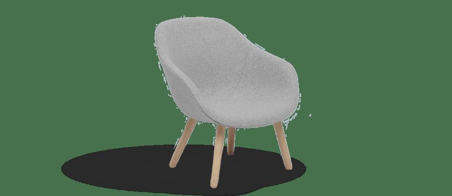 HAY About a Lounge AAL82 Fåtölj i ett ljusgrått tyg med ben i ek