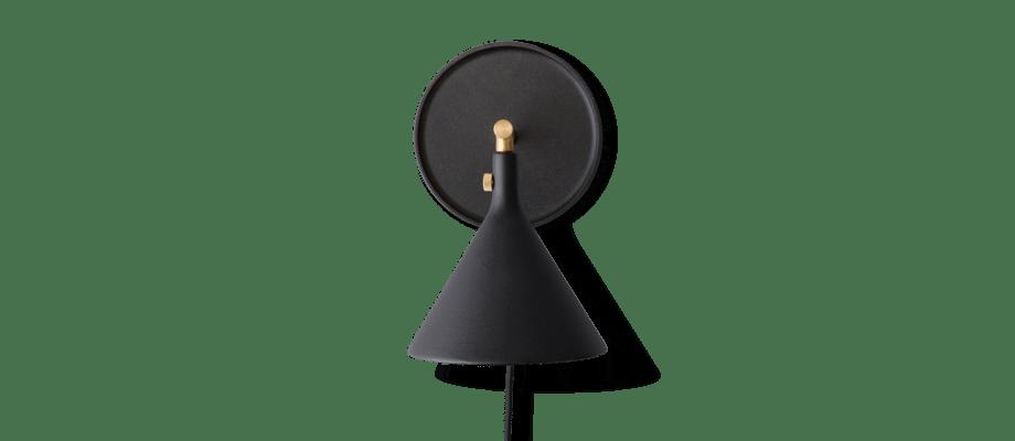 Menu Cast Sconce Wall Lamp Vägglampa i svart aluminium och borstad mässing