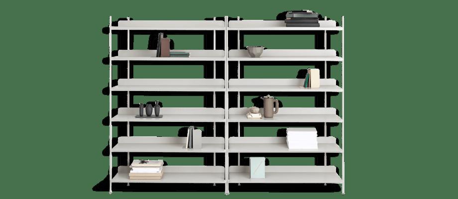 Muuto Compile Hyllsystem i grå färg med dekorationer