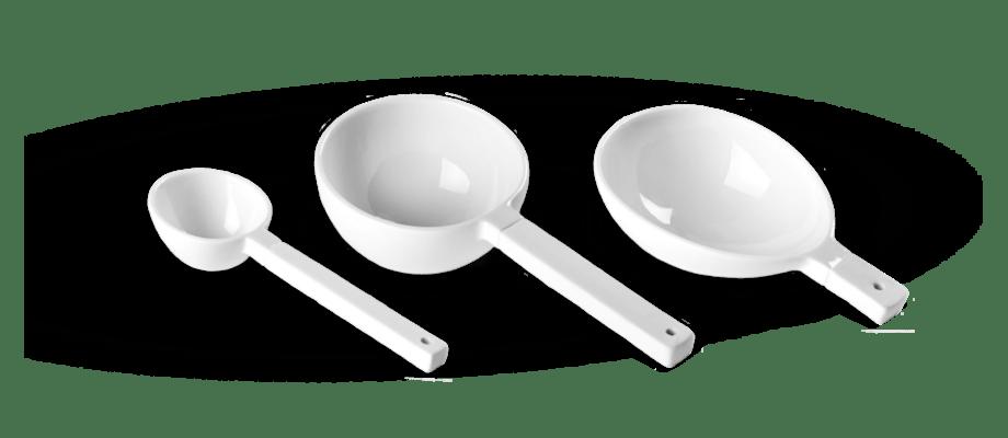 Serax porslinsskedar i vit färg finns i flera storlekar på Olsson & Gerthel