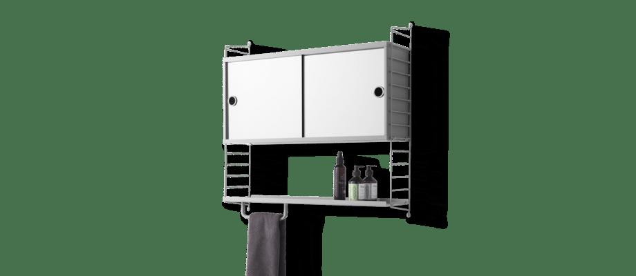 String Furniture Vägghängt badrumsskåp med spegeldörrar och hyllplan i grå färg