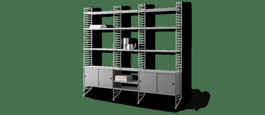 String Bokhylla utrustad med två skåp med skjutdörrar och hela 12 hyllplan i grå färg