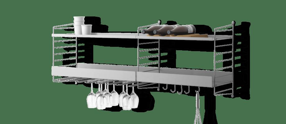 String Furniture Kökshylla med metallhyllplan, flaskställ i kork och vinglashängare i grå färg