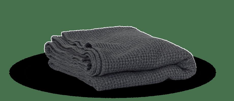 Bomullspläden Miro Blanket från svenska Tell Me More i mörkgrå färg finns i två storlekar
