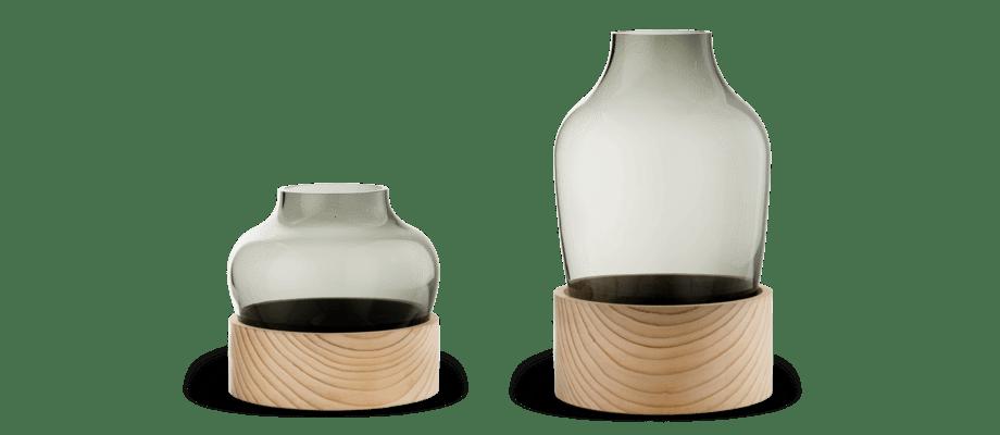 Vas i rökfärgat glas och cederträ från Fritz Hansens Objects